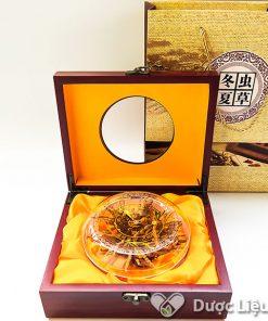 Sản phẩm Đông trùng Hạ Thảo Tây Tạng của Dược Liệu Thái Sơn cung cấp có vỏ hộp gỗ sang trọng, có túi đựng đi kèm.